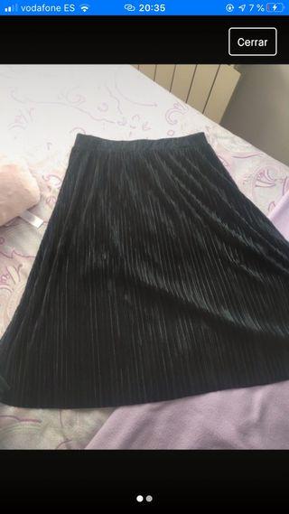 Falda negra midi de Mango