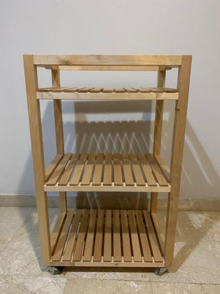 Estantería de madera con ruedas