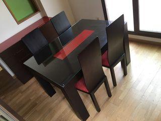 Mesa comedor con sillas y aparador