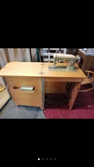 Conjunto de aparador y máquina de coser