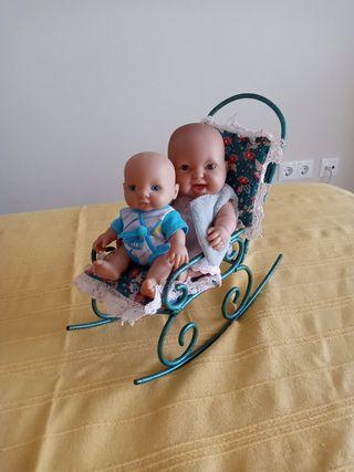 mecedora antigua y dos muñecos