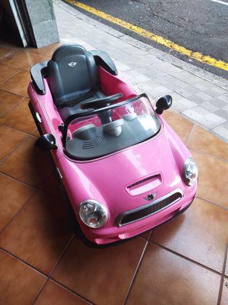Coche se baterías mini Cooper rosa.