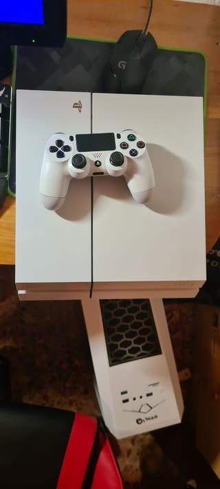 Vendo PS4 blanca con 4 juegos y mando