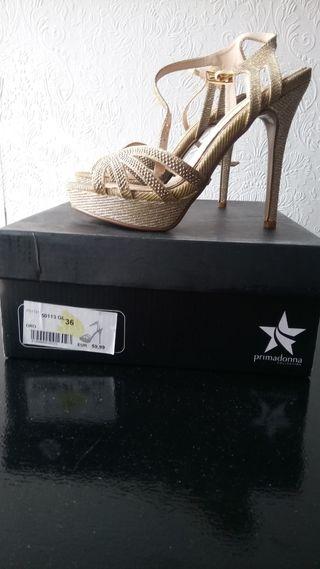 zapatos de fiesta dorados nuevos