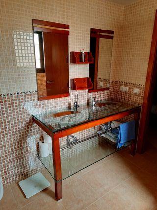 Mueble de baño de madera y vidrio