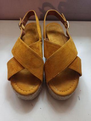 Sandalias de Plataforma color mostaza.