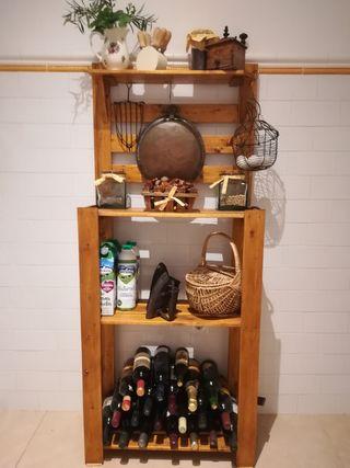 Practica estantería en madera de pino, barnizada e