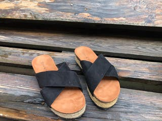 Sandalias planas tiras de ante cruzadas