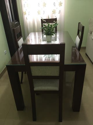 Elegante Mesa y sillas de salón de madera maciza