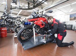 revisión y mantenimiento de moto.