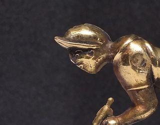 vieja figura de ciclista, en bronce,
