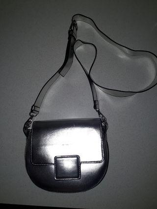 Bolso color plata.