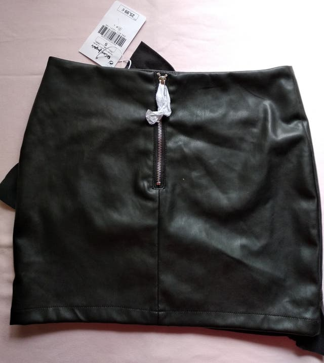 Falda polipiel negra.