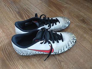botas de fútbol Nike talla 40
