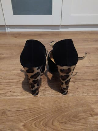 zapatos tacón negro y leopardo marca Kling.