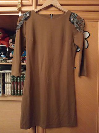 Vestido marrón con accesorios metálicos en hombros