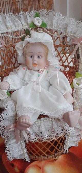 muñeca de porcelana muy antigua