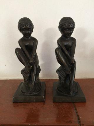 Pequeñas figuras de bronce