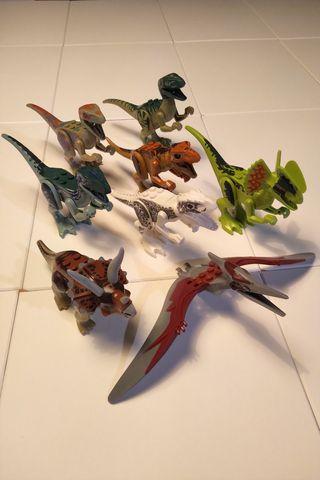 8 Figuras de diferentes dinosaurios de Lego.