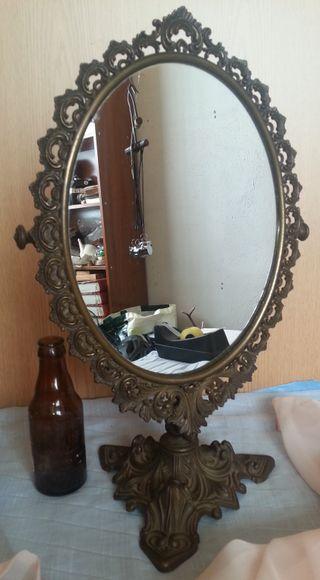 Espejo antiguo de tocador en bronce. Gran tamaño.