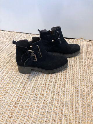 Botas negras Un paso más