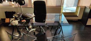 mesa de cristal con caballetes negros