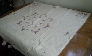 Mantel bordado en punto de cruz. 105 cm * 105 cm.