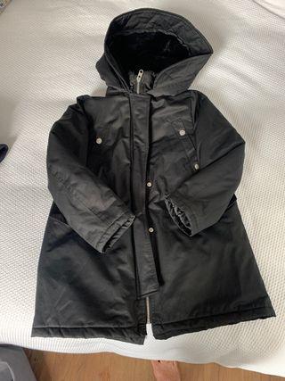 Abrigo negro impermeable Zara