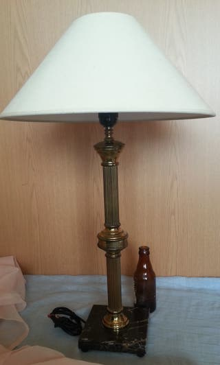 Lámpara de mesa. Base de mármol y latón dorado.