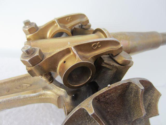 cañón militar con piezas de coche o moto mecanicas