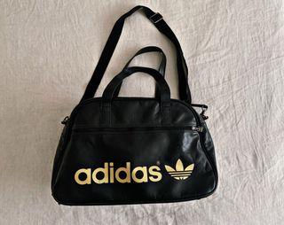 Macuto de Adidas negro con logotipo dorado