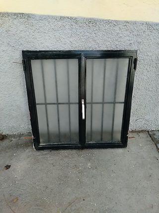 ventana con reja incorporada