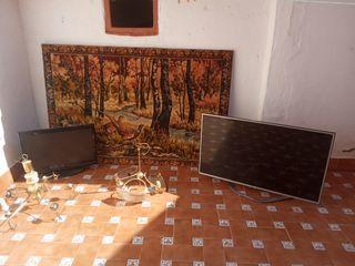dos pantallas TV lg y oki dos lámparas y un cuadro