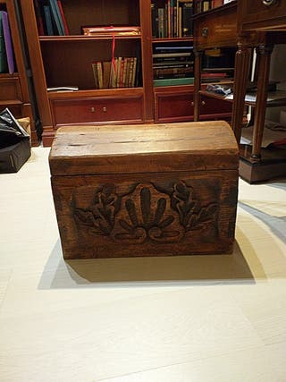 Baúl de madera tallado