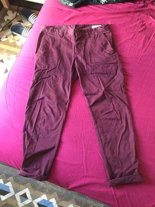 Pantalón tipo chino color burdeos talla 42