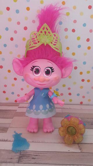 Muñeca Poppy momento abrazo