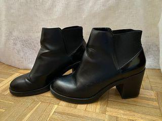 Botines negros de tacón de Pull and bear