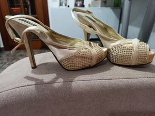 zapatos dorados con brillantes