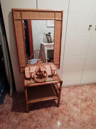 mesita con cristal, espejo y dos perchas