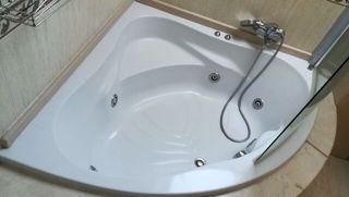 Bañera hidromasaje con mampara y 3 lavabos
