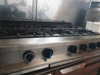 cocina 6 fuegos sobre mesa industrial