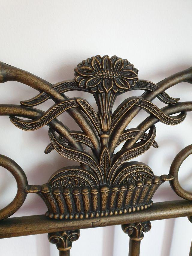 Cama con cabecero de hierro