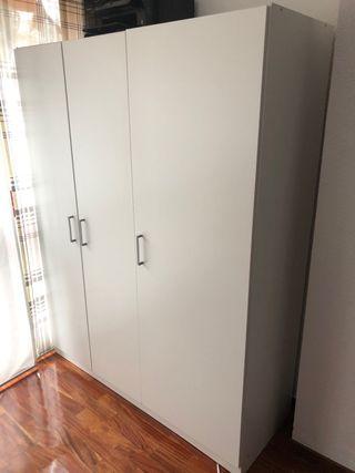 Armario de tres puertas