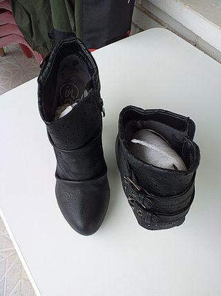 Zapatos tacones negros.