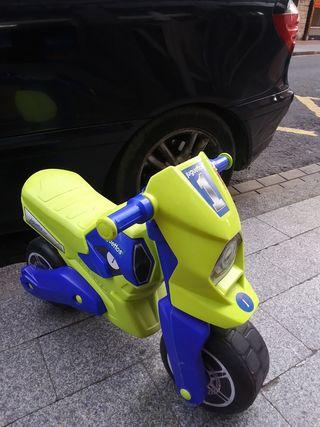 se vende moto niño/a y asiento para coche