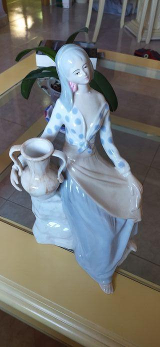 figura porcelana mujer aguadora con ánfora o vasij