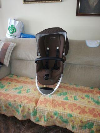es carro silla es marrón i tiene el prastico