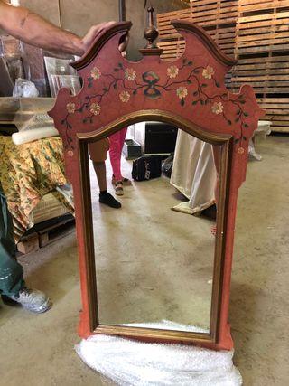 Bonito espejo de madera