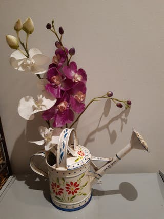 regadera con flor artificial