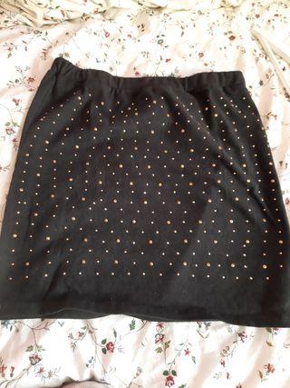 Falda negra con lunares dorados sobrepuesto.